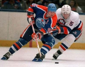 Edmonton Oilers' Wayne Gretzky and New York Islanders Denis Potvin (5) jostle for a loose puck. {LI Phil - Flickr}